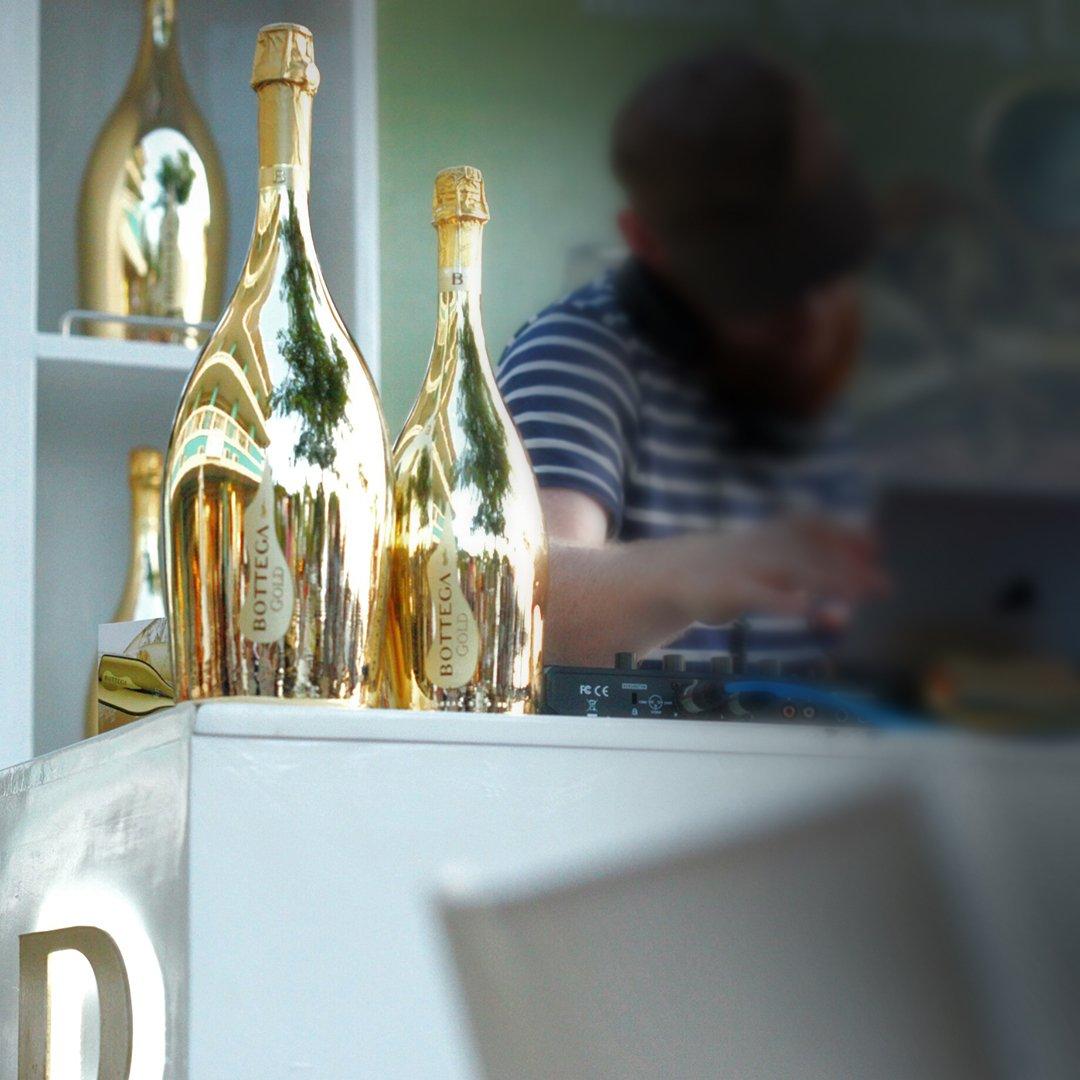 Wine&music, a perfect combination! #bottega #bottegagold #bottegamoments #bottegagoldprosecco #bottegagoldwine #prosecco #proseccodoc #proseccolover #proseccolovers #proseccotime #proseccopop #proseccooclock #proseccolife