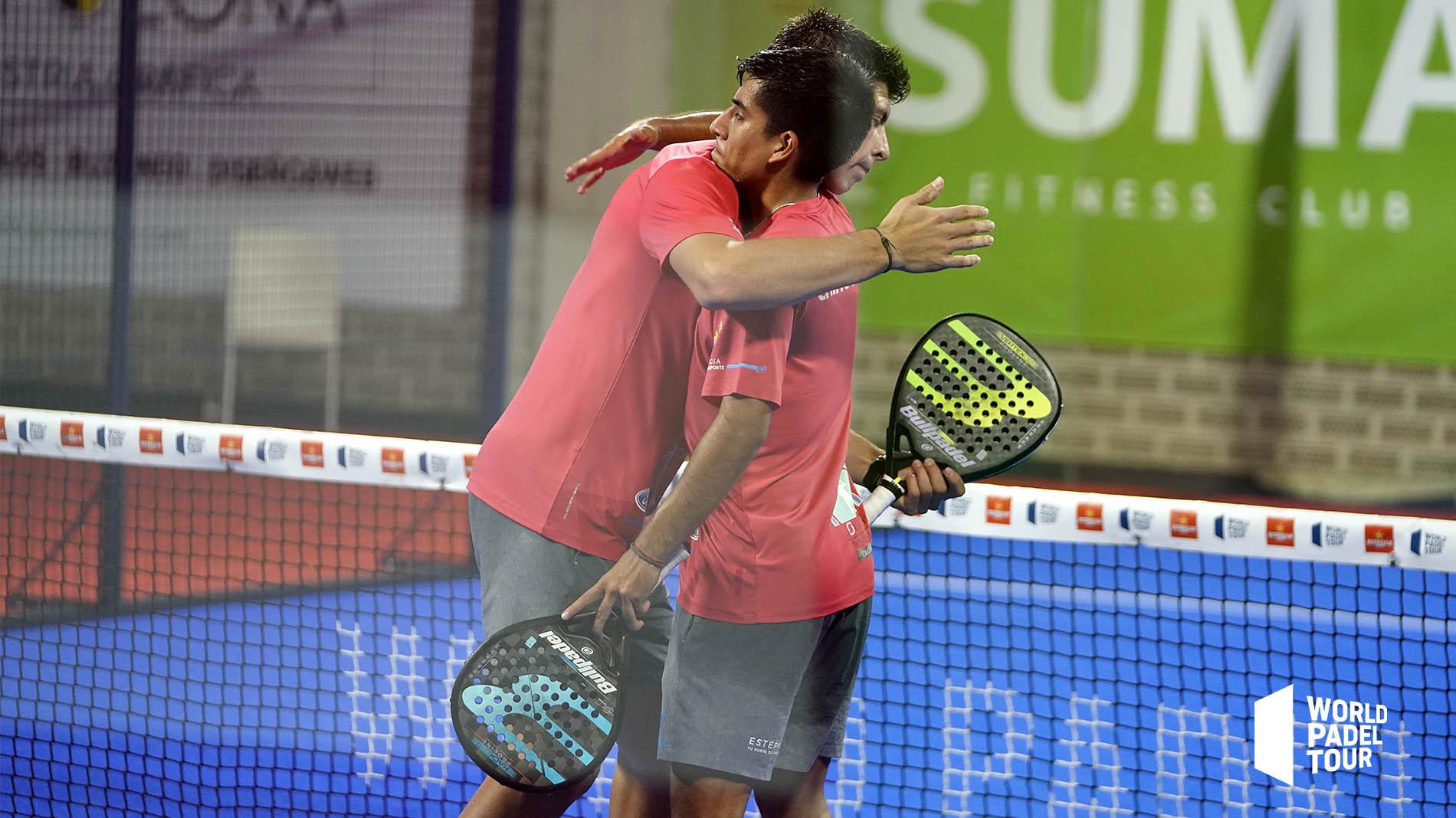 Juan Tello y Fede Chingotto se dan un abrazo tras ganar en su debut en el Valencia Open