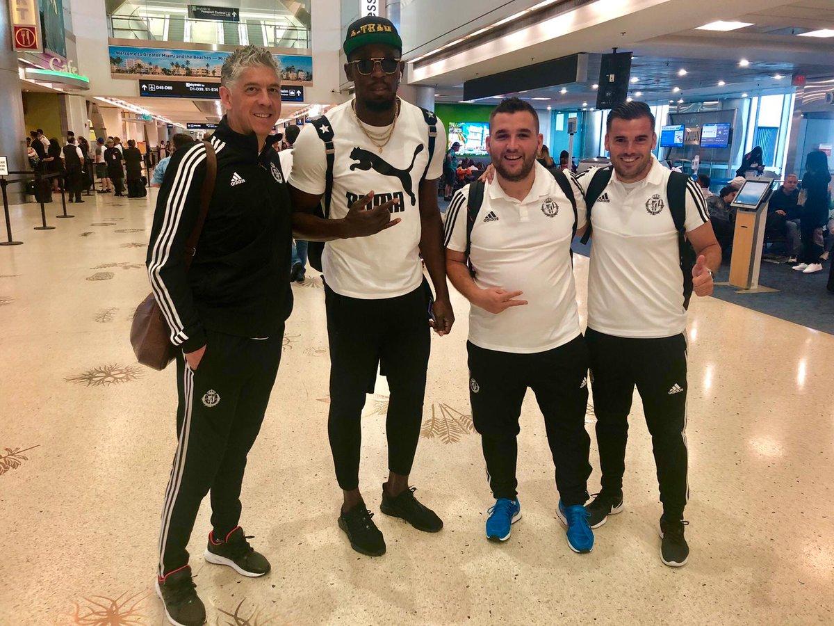 Miembros de la expedición del Real Valladolid junto a Usain Bolt (Foto: Twitter).