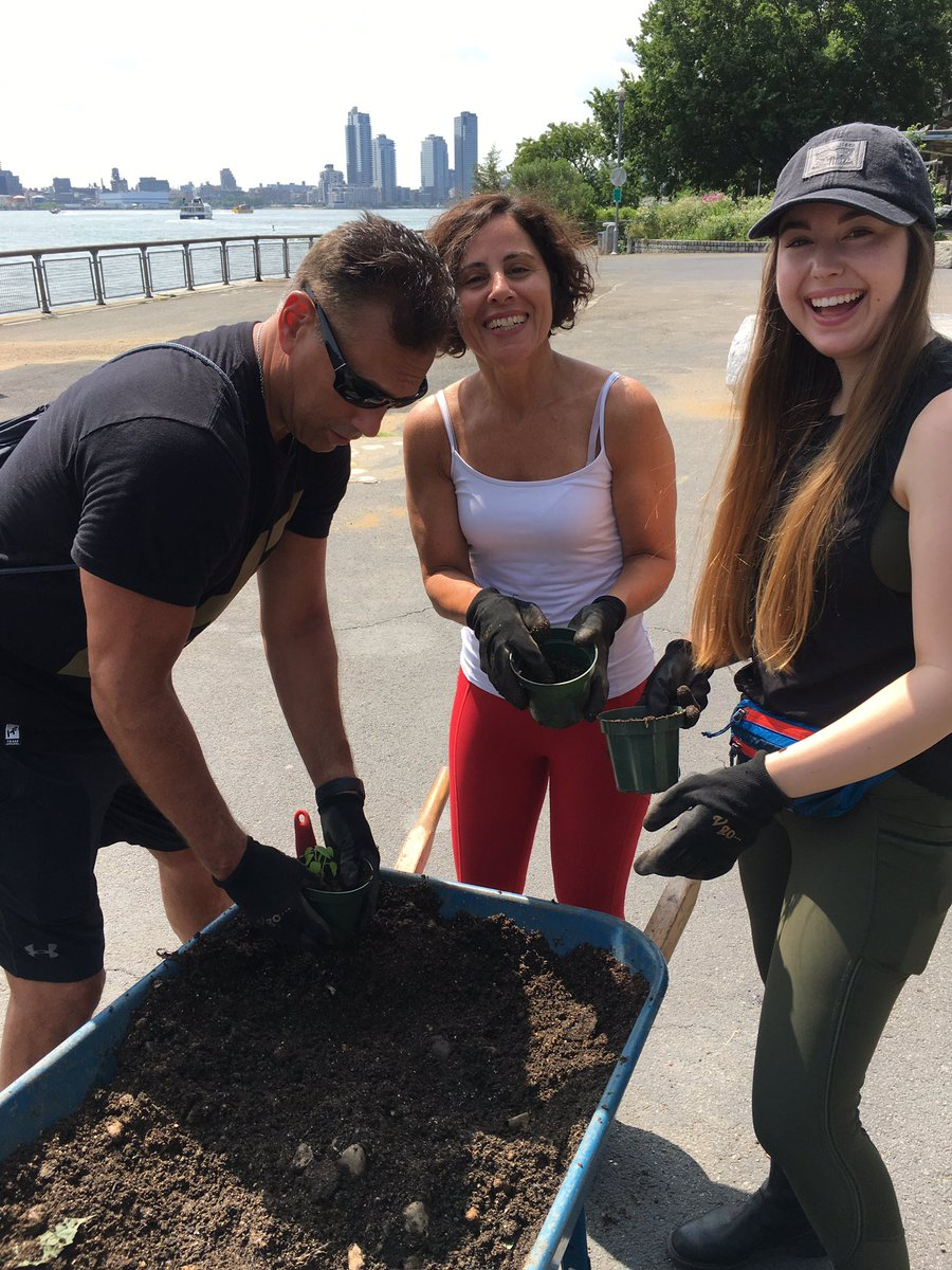 Thank you to our friends at @JackRogersUSA for joining #Riverkeeper and @solaronenyc for a transplanting, weeding, and invasive species removal project at Stuyvesant Cove yesterday! #LoveMyJacks #EastRiver #Solar1 https://t.co/FgTtqhPAef