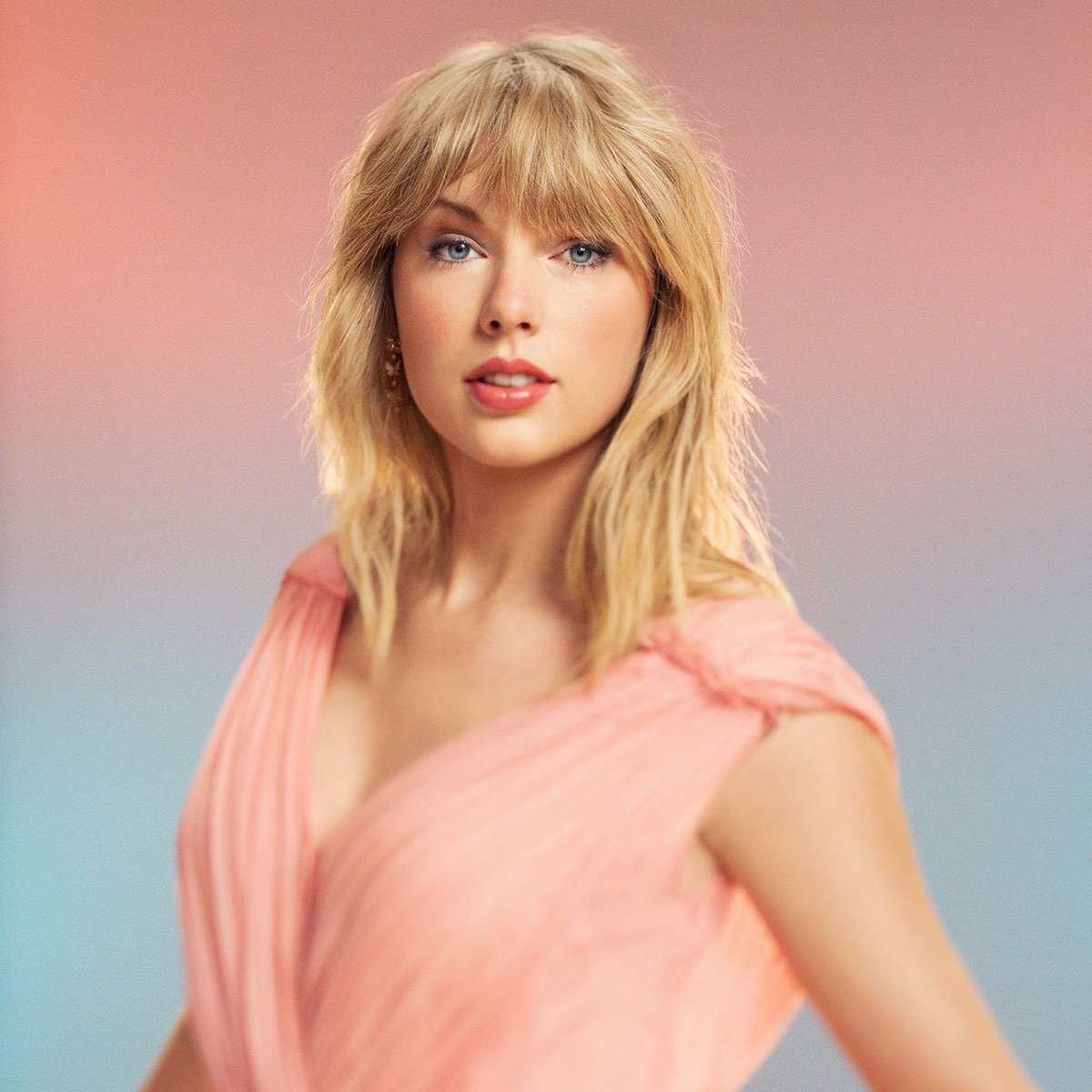 ล่าสุดนิตยสาร Forbes รายงานว่านักร้องสาว Taylor Swift คว้าอันดับ 1 ไปถึง 2 อันด้วยกันได้แก่ 'คนดังที่มีค่าตัวสูงที่สุดในโลกปี 2019' และ 'นักร้องหญิงที่ทำเงินสูงสุดในปี 2019' ซึ่งเทย์ทำรายได้ไปสูงถึง $185 ล้านดอลลาร์หรือราวๆ 5.7 พันล้านบาท ปังมากกคว้าไป 2 ตำแหน่งแบบสวยๆเลยจ้า 💞👏 https://t.co/E6vVubgvzh
