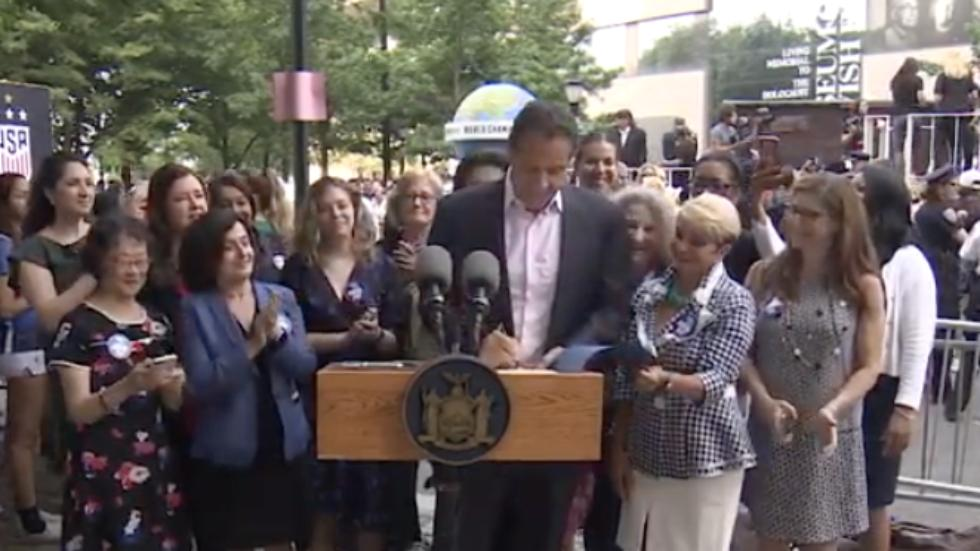 #BREAKING: Cuomo signs gender pay equity bill at #USWNTParade http://hill.cm/8PDVUsR