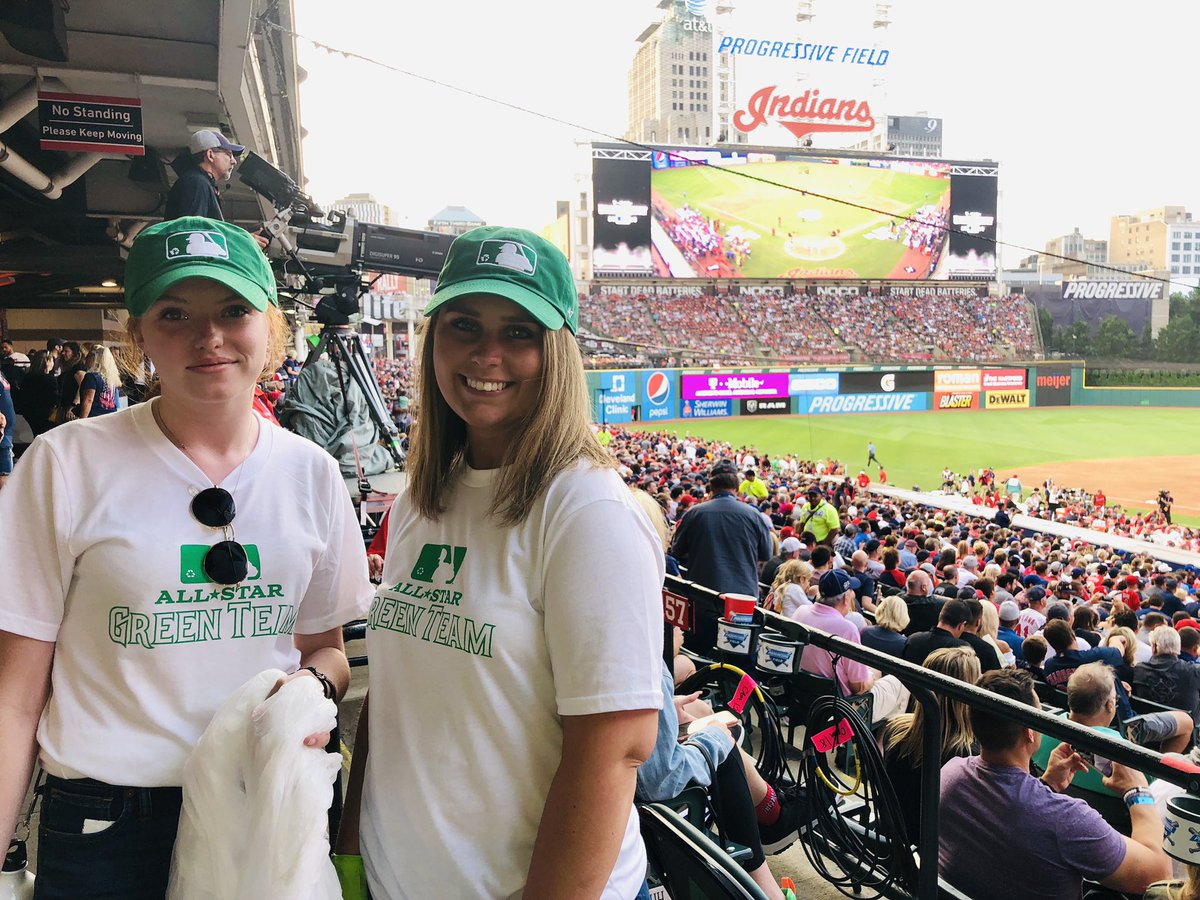 As part of the @MLB Green Team, our winning Syracuse and Pitt students made an impact at Progressive Field by helping to recycle ♻️   They also got to tour the FOX Sports broadcast booth and watch a live taping of @FTFonFS1.  A successful #AllStarGame2019 in the books! https://t.co/yEQckYtbqJ