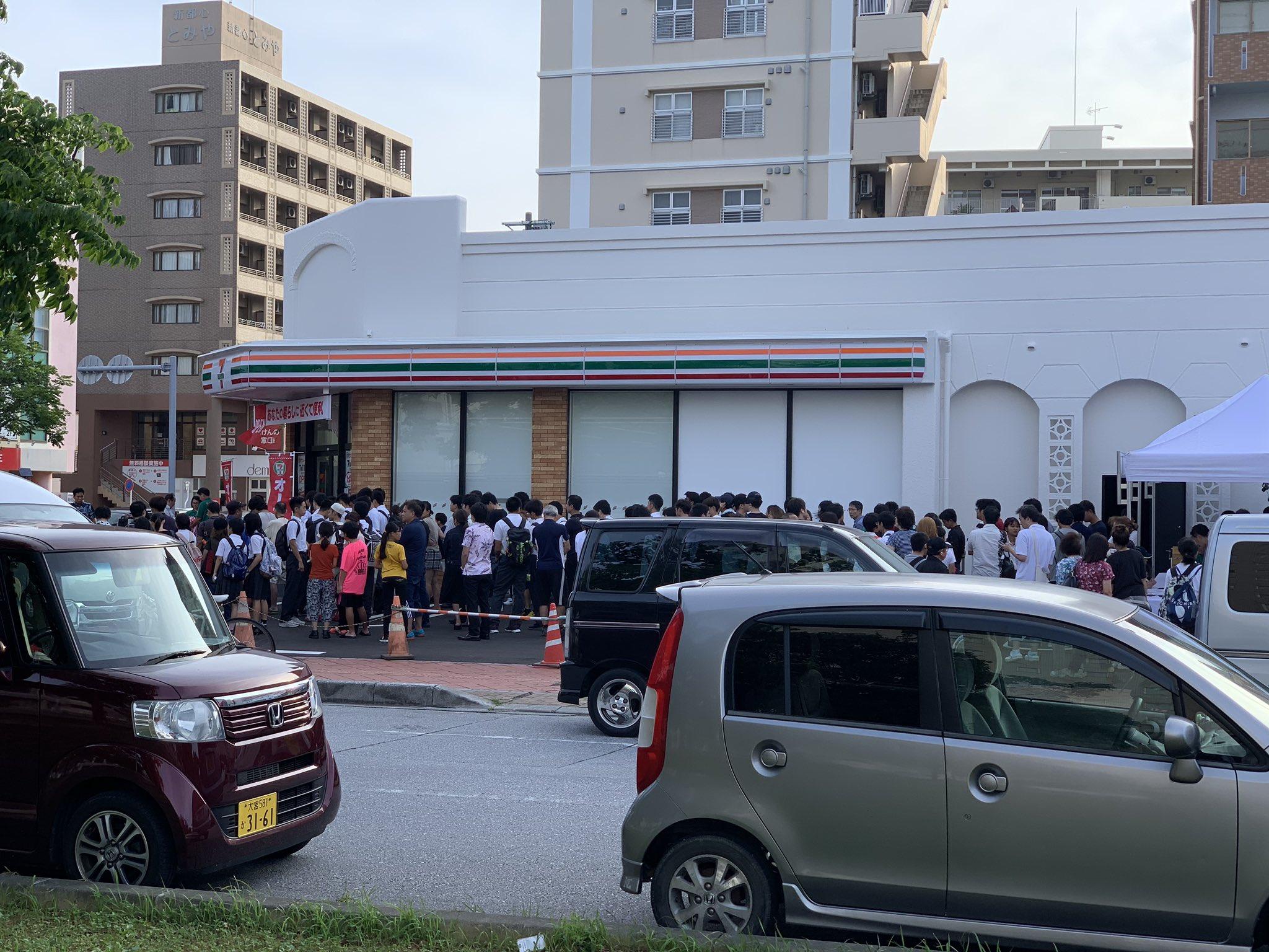 沖縄初のセブンイレブン。 オープンが7時なんだけど、長蛇の列。 セブンすげぇ。