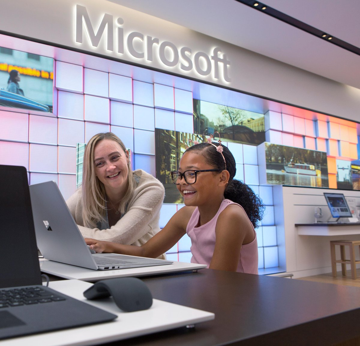 Your first look inside #Microsoft's new London Flagship Store: http://msft.it/6019TzeDX