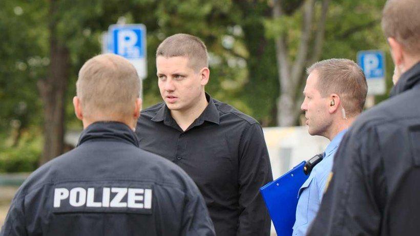 Hier auf dem Foto sehen Sie Daniel Fiß, Deutschlandchef der rechtsextremistischen IB. Wo der momentan arbeitet? Richtig, im Bundestagsbüro des AfD Abgeordneten Siegbert Droese.