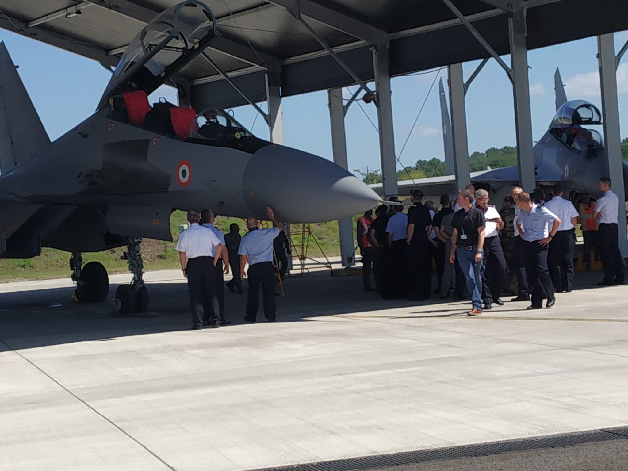 Oficiais franceses inspecionam Su-30 indiano