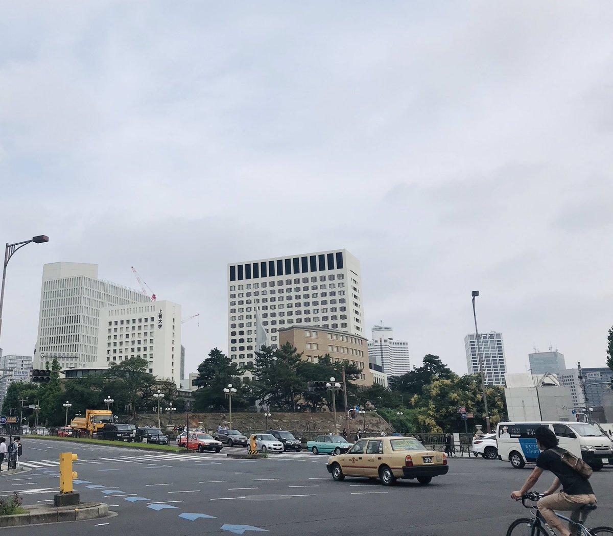 ここも空が広い、四谷見附交差点。 #四谷見附 #四谷 #上智大学 https://t.co/8YEtVNI4MH