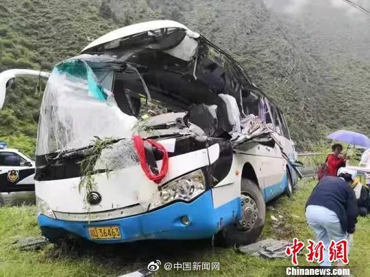 Қытайда  құлаған жартас туристер толы автобусты басып қалды