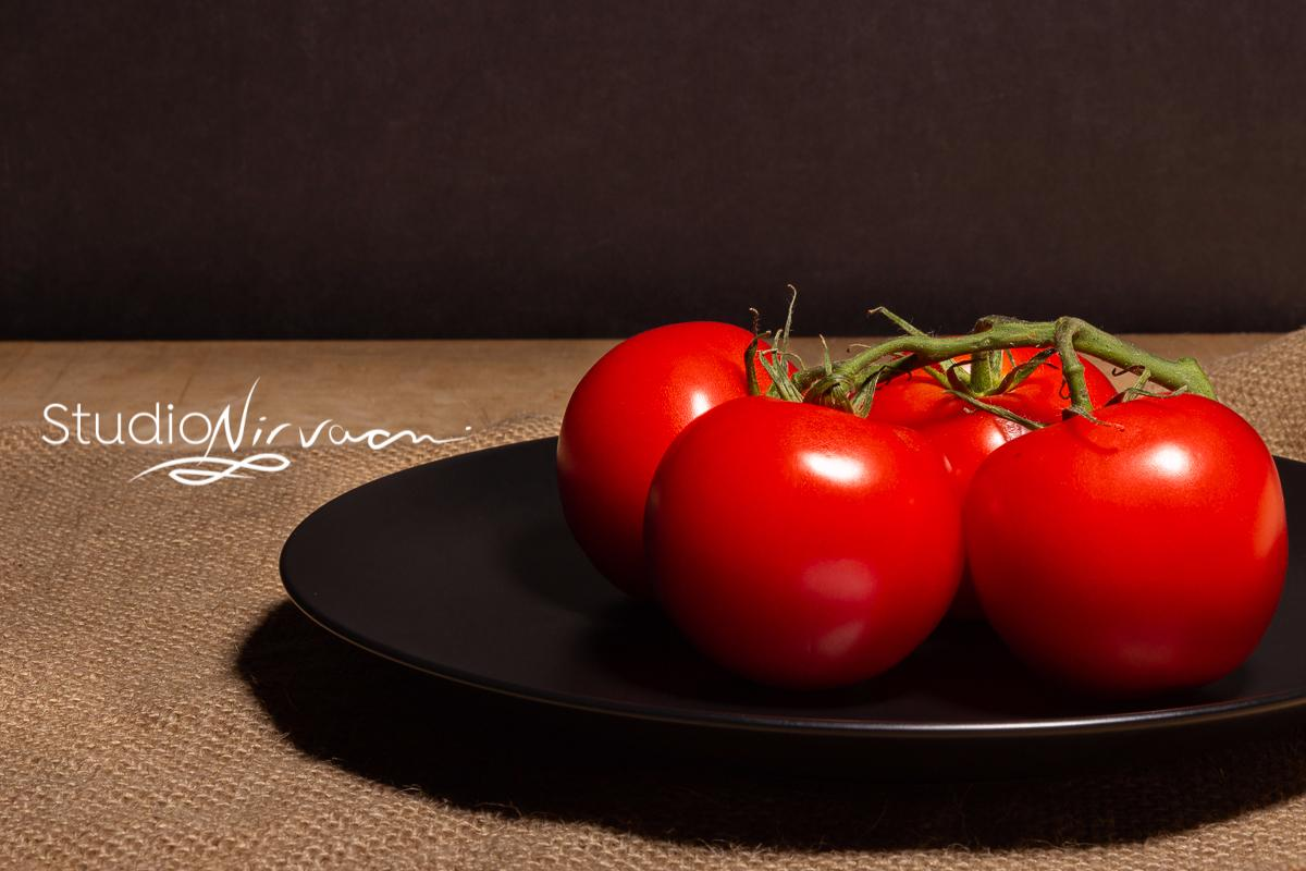 How delicious are those tomatoes ? Retweet if you love tomatoes as much as I do!  #visualcontent #photostudios #studiolight #studiosetup #photography #photoart #bramptonphotographer  #foodphotographer #torontophotographer #gtaphotographer #tomatoes #foodphotography #rusticpic.twitter.com/AB2C3rtyz5