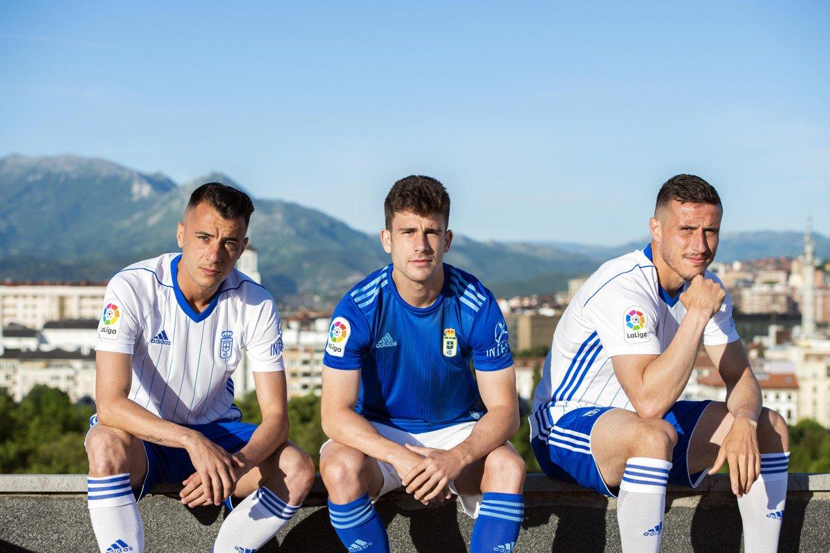 Tejera, Jimmy y Christian Fernández posan con las nuevas elásticas del Oviedo (Foto: RO).