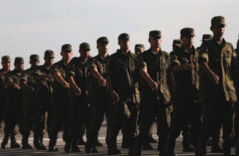 Brasileiros confiam mais nas Forças Armadas e desconfiam muito dos partidos políticos. Pesquisa mostra que 42% confiam muito nos militares, 38% que confiam um pouco e 19%, não confiam. Saiba mais: http://bit.ly/2LgF7R9  #ForçasArmadas