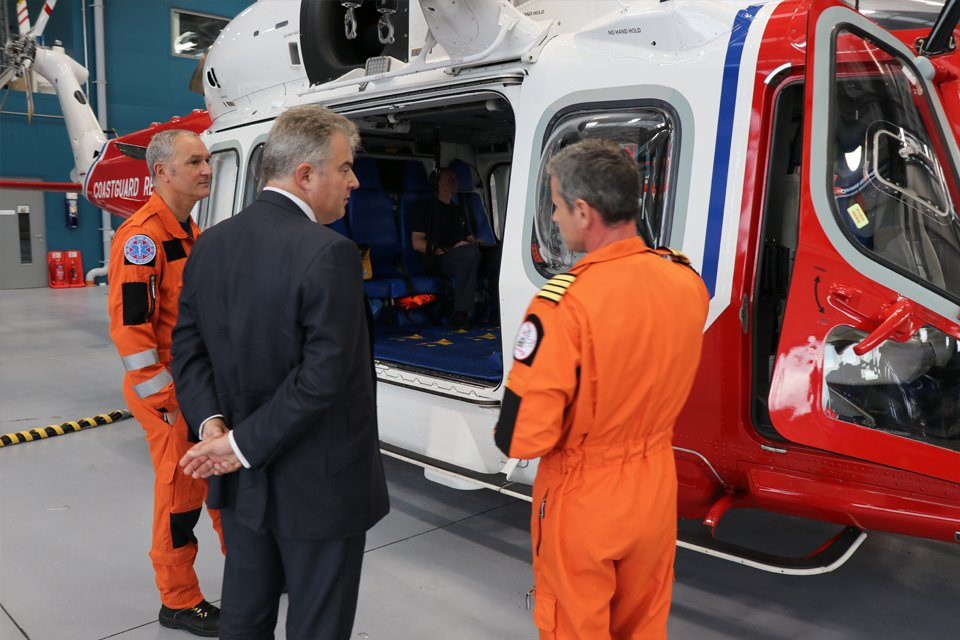 .@BrandonLewis inspected AW189 twin-engined @LDO_Helicopters at @INVAirport yesterday, part of the government's £1.9bn investment in Scottish search & rescue infrastructure. We are strengthening the Union through supporting front-line emergency services in remote parts of the UK