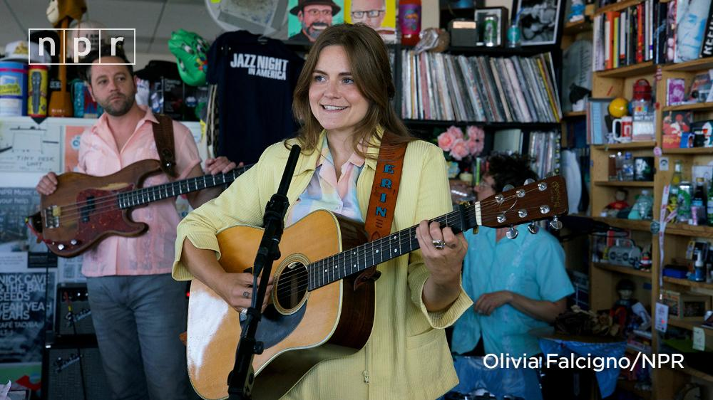Erin Rae (@ErinRaeMusic) writes songs about letting go of what weighs you down, embracing contentment and recognizing the small moments that add up in the grand scheme. Watch her performance from the #TinyDesk. https://n.pr/2GdRgCu