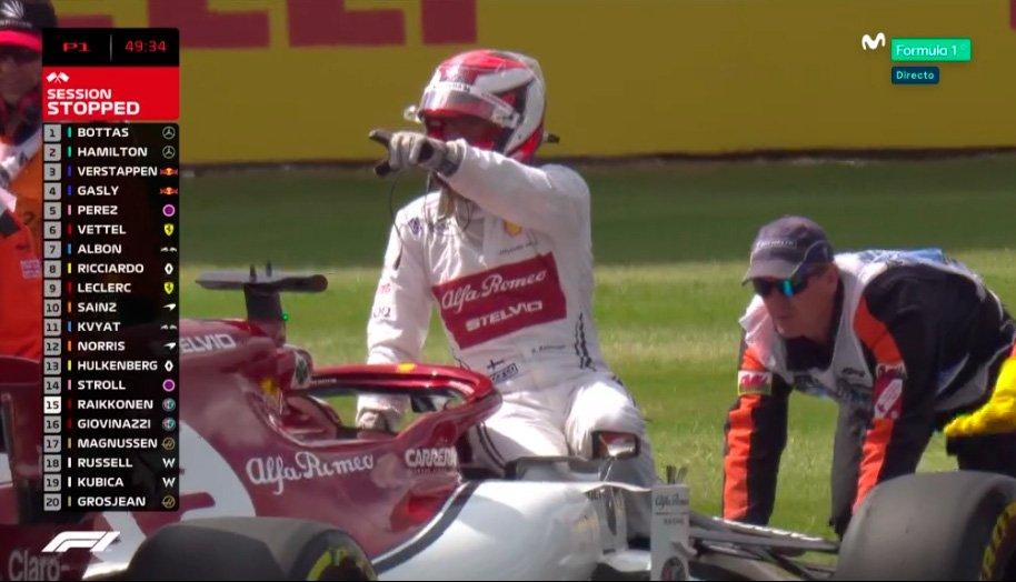 Parado del todo no, va subido encima del coche mientras lo empujan (esta dirigiendo el volante). #BoxInThisLap #Formula1 #BritishGP