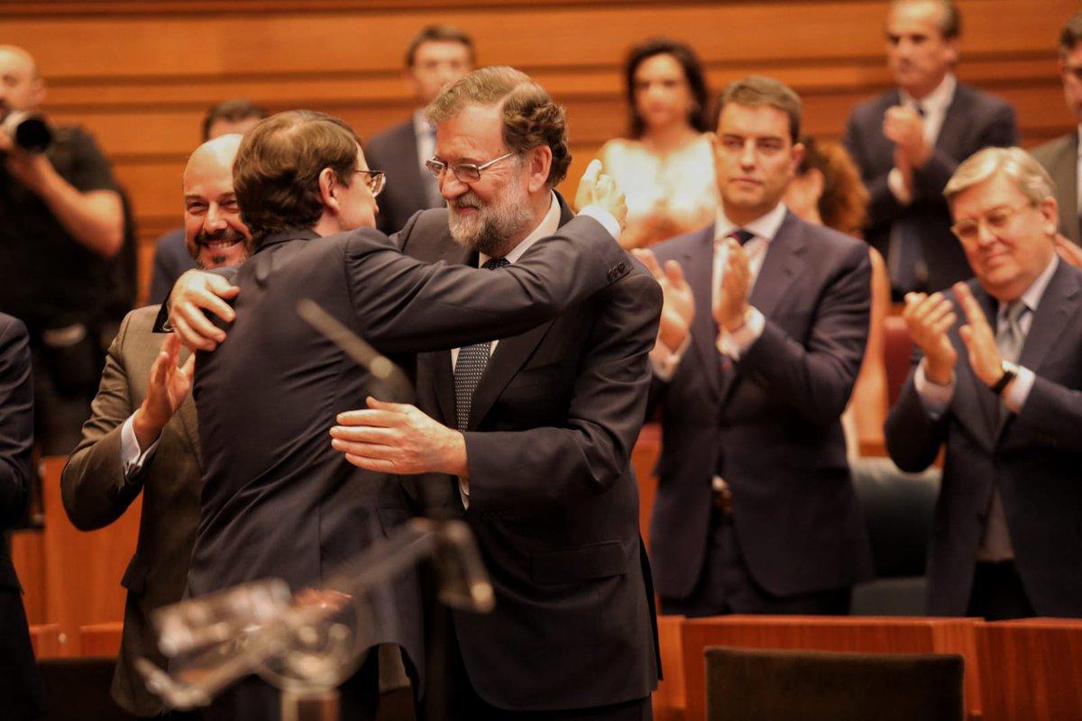 Enhorabuena a @alferma1 nuevo Presidente de Castilla y León. Esta Comunidad seguirá escribiendo su historia de éxito con un Presidente experimentado, capaz y siempre dispuesto al diálogo.#InvestiduraCyL https://t.co/Rco03BIT8v