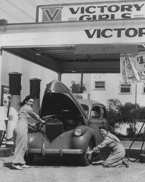 Полный сервис на бензозаправке Victory Girls. Калифорния. США. 1942 г.