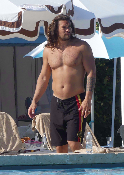 "The internet is body-shaming Jason Momoa for having a ""dad bod"" after a photo went viral of the 39-year-old actor shirtless in Venice, Italy. 🗣What do you think?"