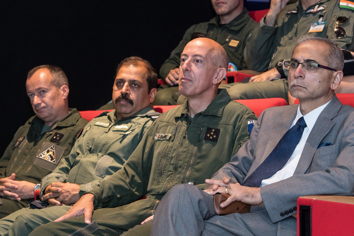 #ExGaruda2019: H.E. Mr.Vinay Mohan Kwatra, Ambassador of India to France & General Philippe Lavigne, Chief of Staff of the French Air Force, along with the VCAS Air Mshl RKS Bhadauria, interacted with GARUDA participants during the closing ceremony of ex, today. @Indian_Embassy