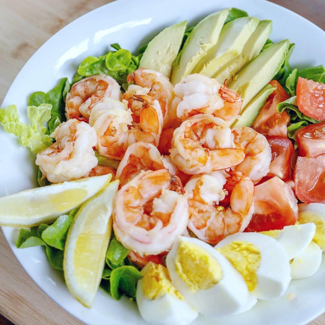 Eating the rainbow 🌈 with this yummy salad! 🥚+ 🥬  📸:  @jordanseasyentertaining #madewithEB#onlyfeedmeEB#eggs #putaneggonit#delish#forkyeah #foodgasm #eattherainbow #shrimpbowl #salads #hardboiledeggs #hardcooked #yolkporn