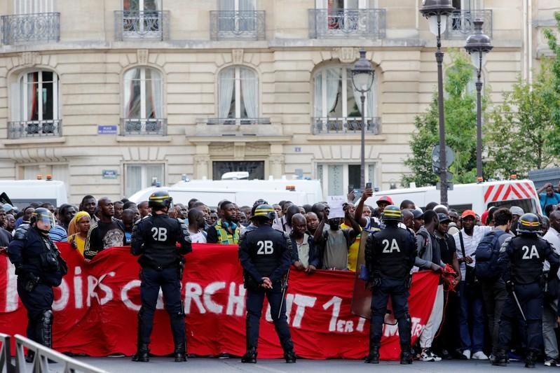 Undocumented migrants storm Pantheon monument in Paris http://www.reuters.com/article/us-europe-migrants-paris-protest-idUSKCN1U71Z9?utm_campaign=trueAnthem%3A+Trending+Content&utm_content=5d28e8248e73cc0001647f44&utm_medium=trueAnthem&utm_source=twitter …