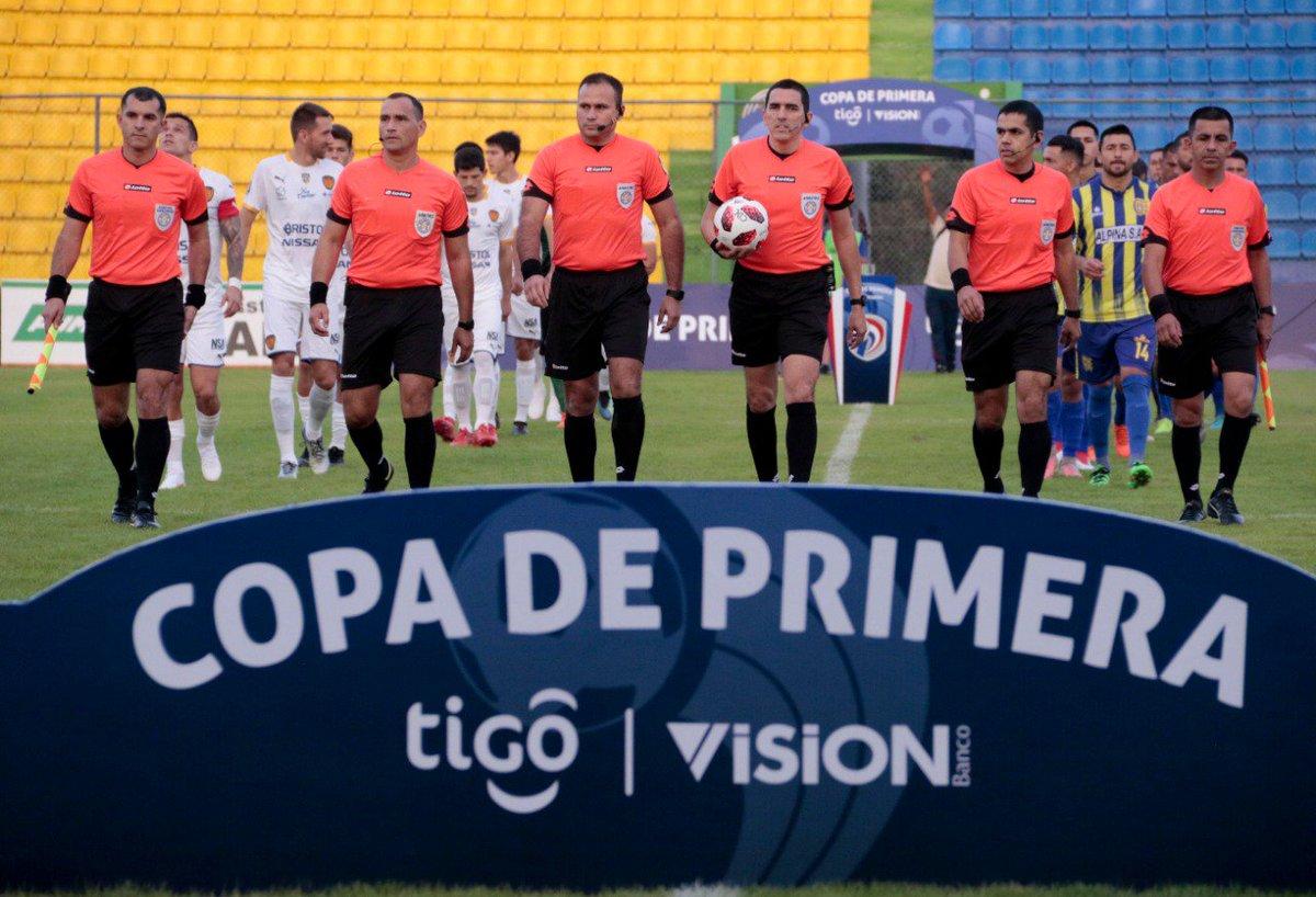 Los jueces del partido y los jugadores rumbo hacia la patada inicial. Foto: APF.