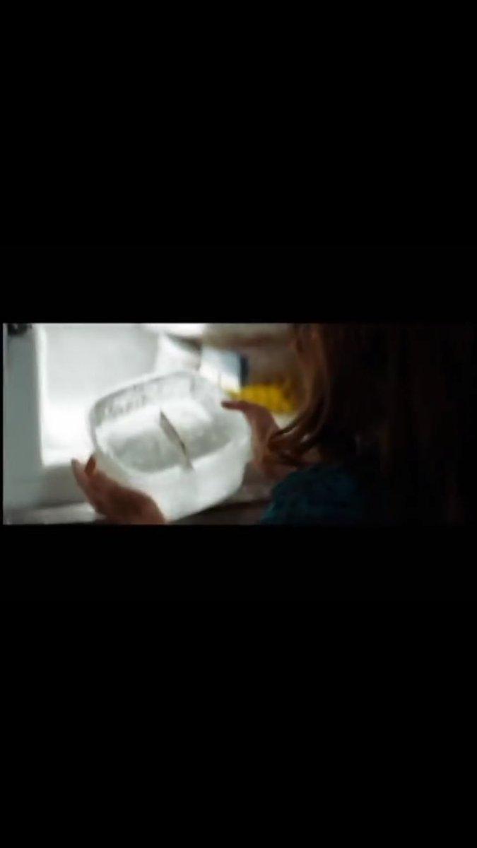 映画「お買い物中毒な私」でクレジットカードを使わないように氷漬けにしてたのに、ハイヒールを使って氷を砕いていくシーン好き