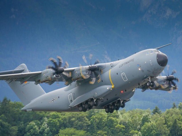 Servus, Austria! 🇦🇹   Here's #A400M serial 54+23 of @Team_Luftwaffe taking to the skies from @SalzburgAirport. Great 📸with the typical mountain backdrop by spotter_frankfurt (Instagram). #wemakeitfly #Bundeswehr #SaturdayMotivation 🇩🇪💪