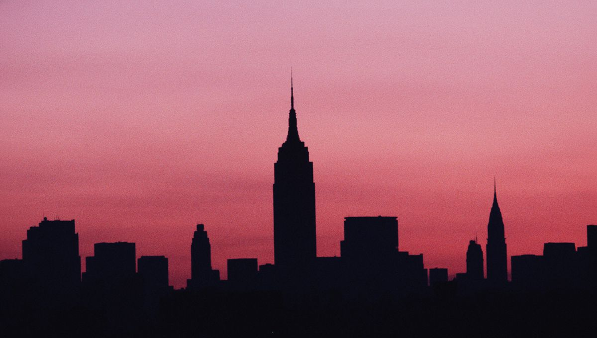 REWIND 42 years to July 13, 1977...🔌⚡️A massive #blackout caused by a lightning strike at an electrical substation plunges #NewYorkCity into darkness for 25 hours. Looters raid 1,600 stores and over a thousand fires are set across the city. 📸: Allan Tannenbaum/Getty #NYC #OTD