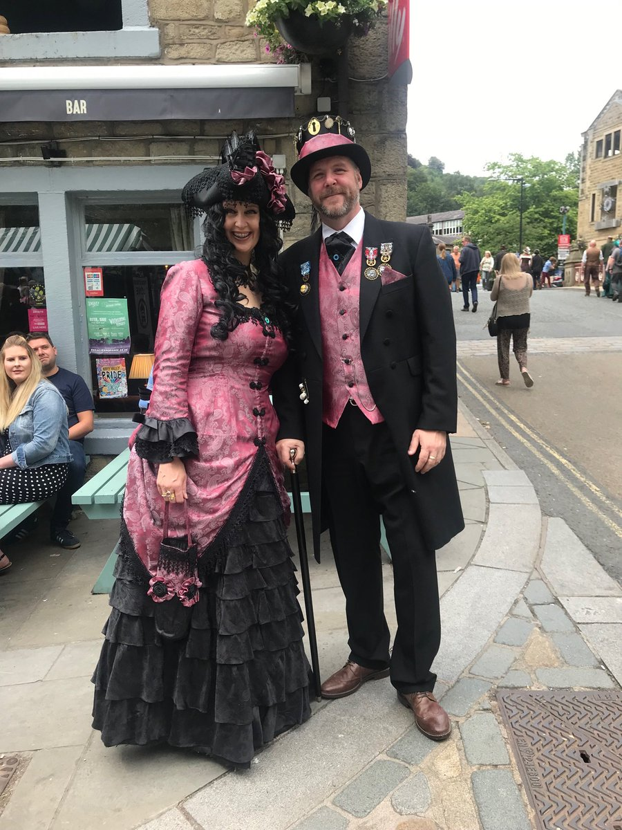 #Cosplay 🎩 Awesome of the Day: #Steampunk ⚙️ #Cosplayers at the Steampunk Festival in #HebdenBridge #Yorkshire #UK 🇬🇧 via @ejfrostuk #SamaEvent 📅 #SamaCosplay