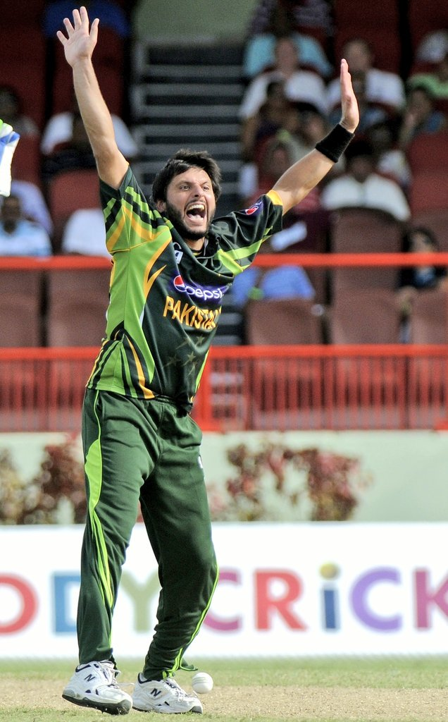 #OnThisDay in 2013 @SAfridiOfficial heroic with both bat and ball stunned West-Indies at their home ground  #ShahidAfridi delivered one of greatest ever individual performance in the history of Odi cricket  With bat 76 runs with 5 sixes  With ball 7 wickets for 12 runs  #BoomBoom