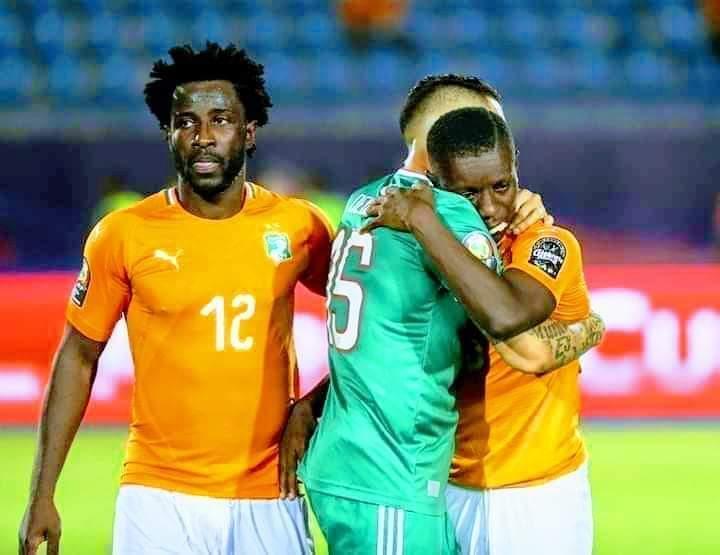 RT @radioalgerie_ar: احسن صورة من مقابلة #الجزائر #ساحل_العاج #ALGCIV  بدل ان يستمتع بفرحة الفوز,  ذهب ليواسيه... https://t.co/QzItuoBVQ0