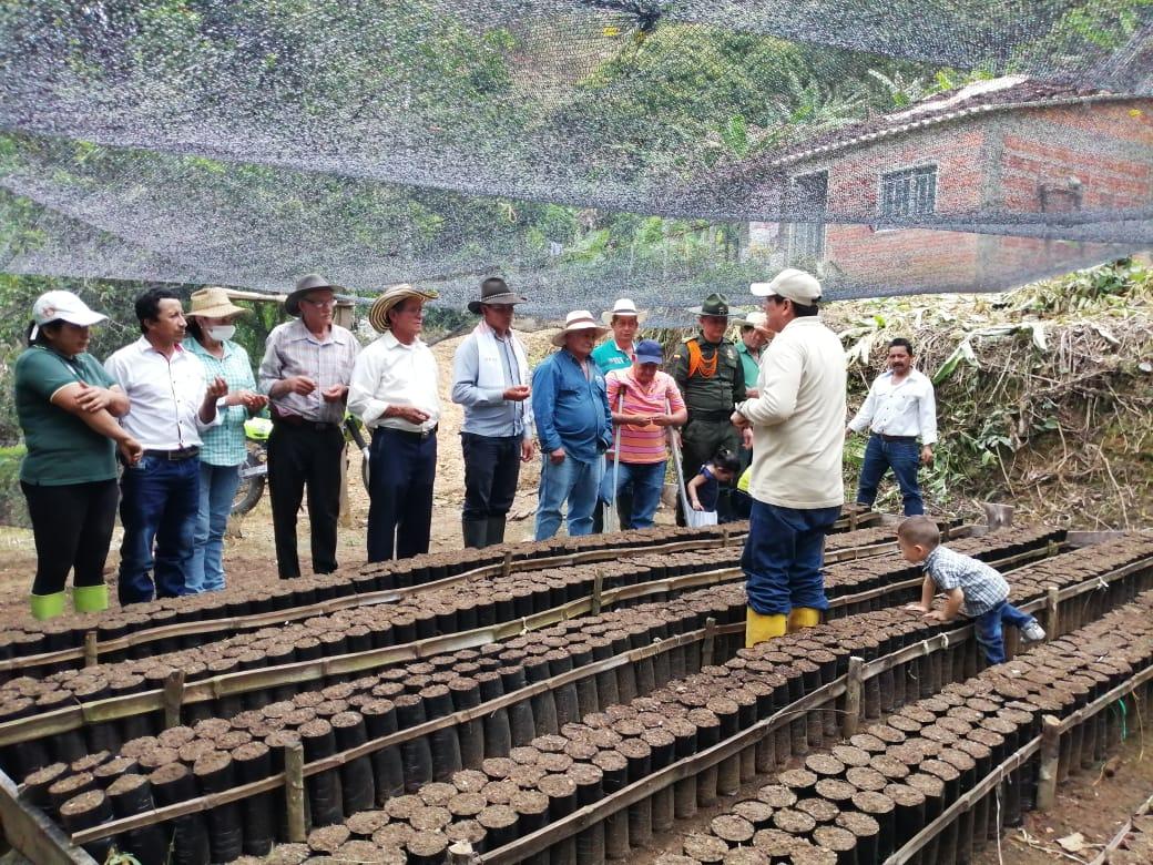 En el marco del Sistema Integrado de Seguridad Rural llegamos al municipio de Coromoro #Santander con @fedecacao para brindar la primer capacitación en cultivo de Cacao, generando una alternativa económica para los agricultores de este municipio. #PolicíaParaLaGente #SISER