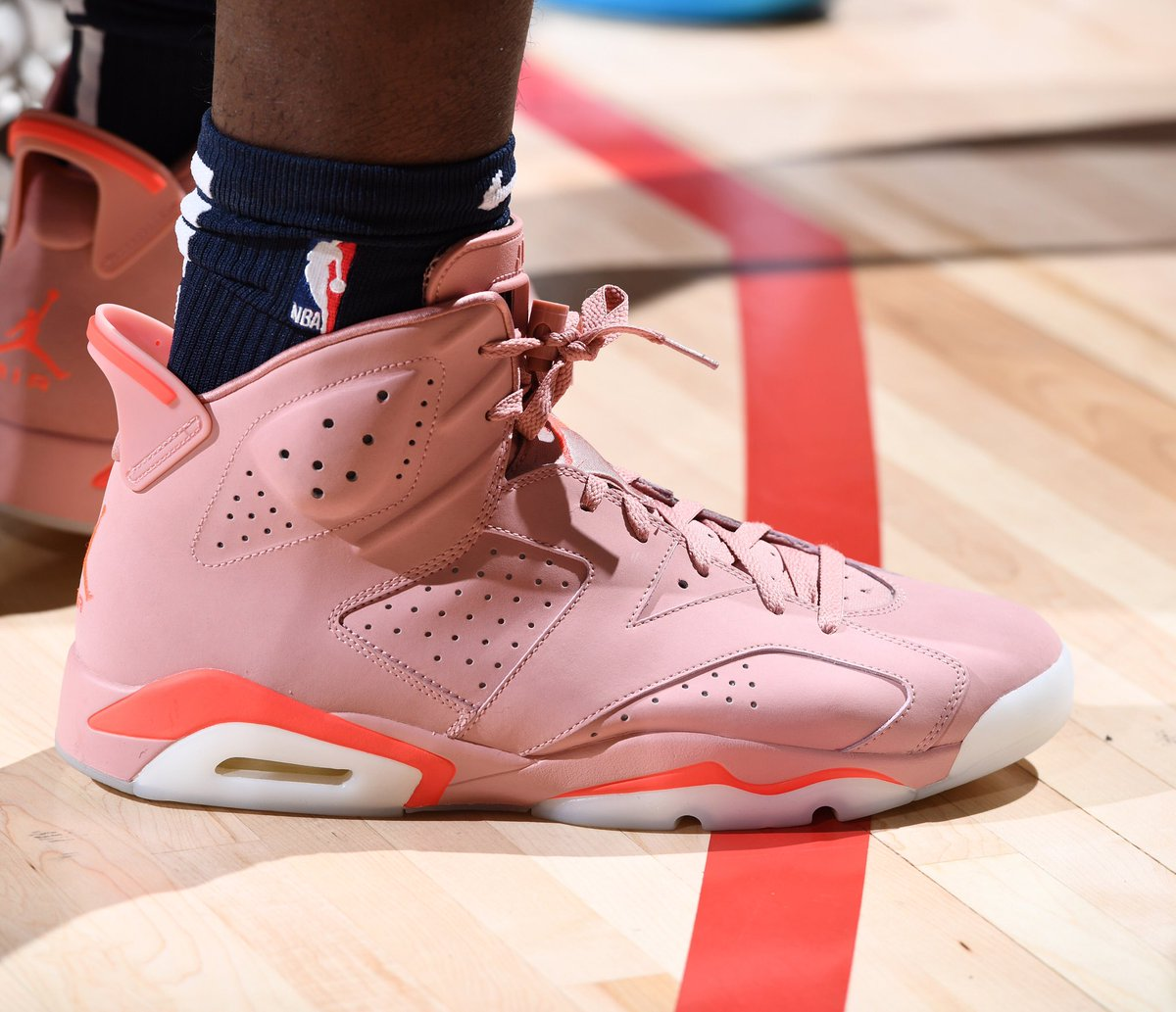 🔥 @Zionwilliamson breaks out the Aleali May x Air Jordan 6 Millennial Pink at the @NBASummerLeague in Las Vegas! #NBAKicks
