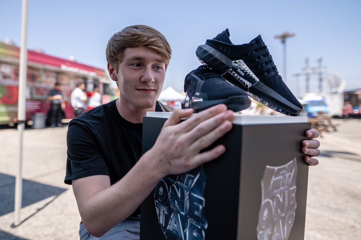 sneaker giveaway. #MIBR .@mibr