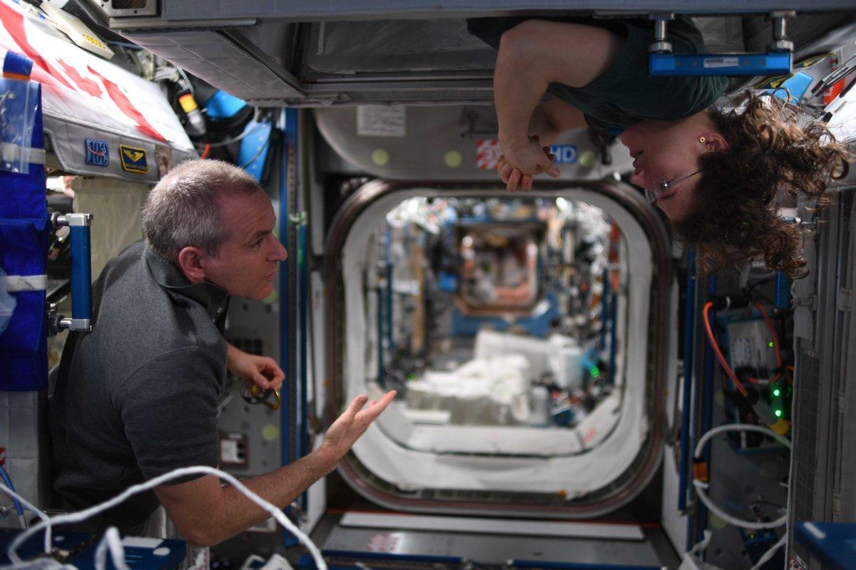 Can't remember what we were discussing, but it must have been engaging. // Je ne me souviens plus du sujet de discussion, mais ç'avait l'air des plus intéressants. @Astro_Christina  #DareToExplore #OsezExplorer