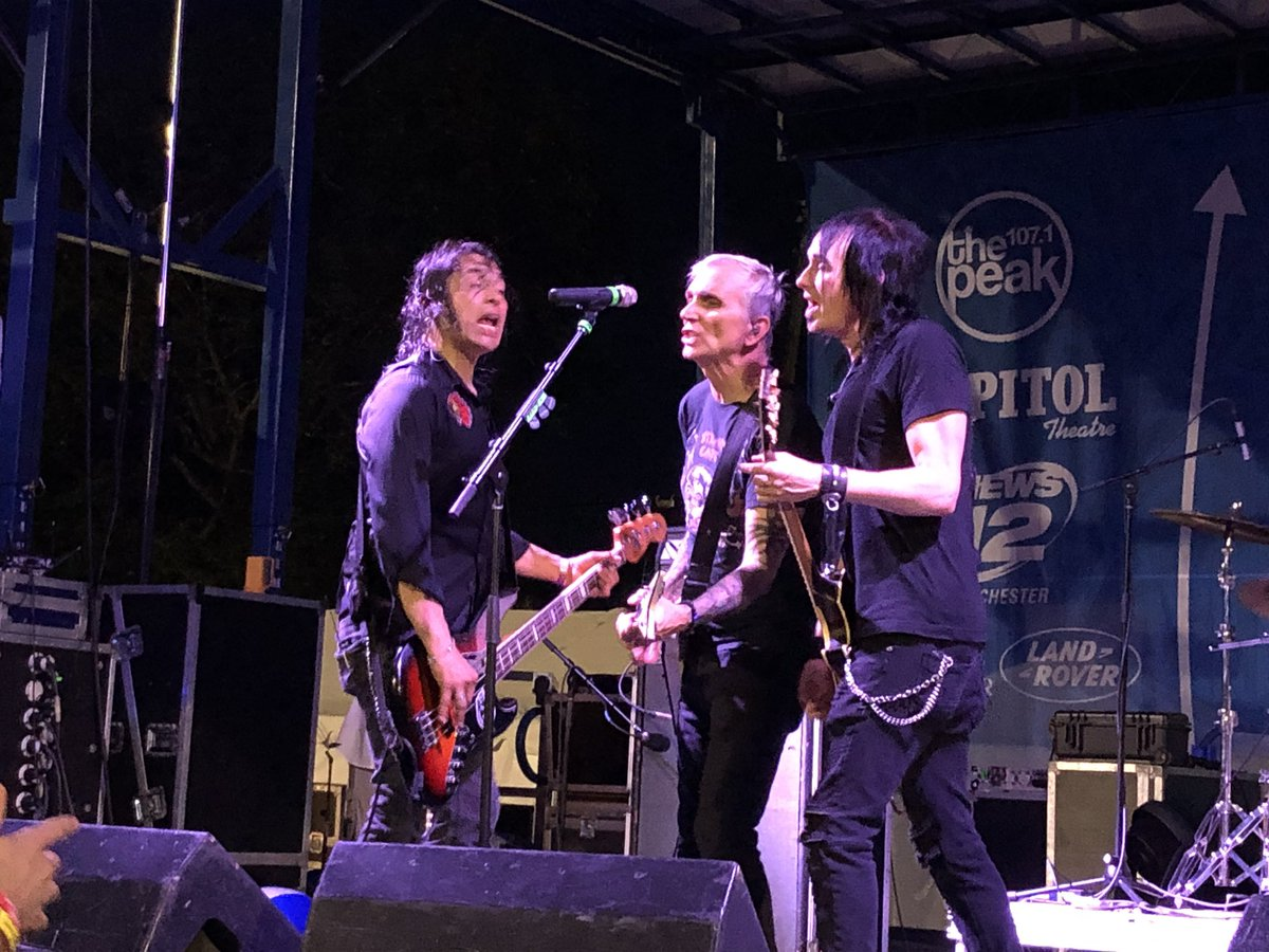 """So, just saw the great @artalexakis with his band @EverclearBand and it was rough going at first with some technical issues but when they got going, it was a blisteringly awesome concert. The didn't do my personal favorite """"One Hit Wonder"""" but I can't complain. Brilliant show."""