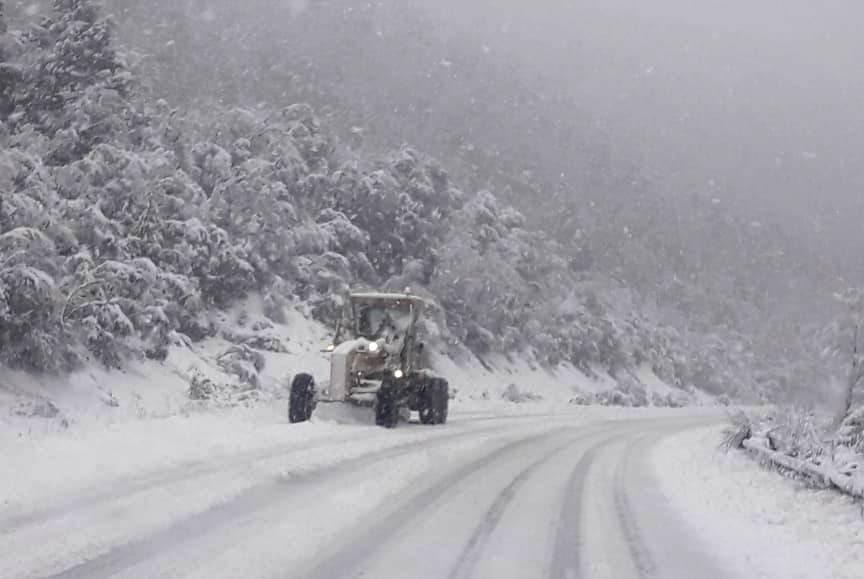 #Urgente 09:15hs Atento si viajás de #Chubut a #RioNegro: #VialidadNacional anuncia reapertura a las 09:30hs de la Ruta N°40 entre #Bariloche y #ElBolson. Extrema precaución. Portación obligatoria de cadenas. Más info aquí ➡️https://www.facebook.com/Rutas-Nacionales-Chubut-695518143877853/…