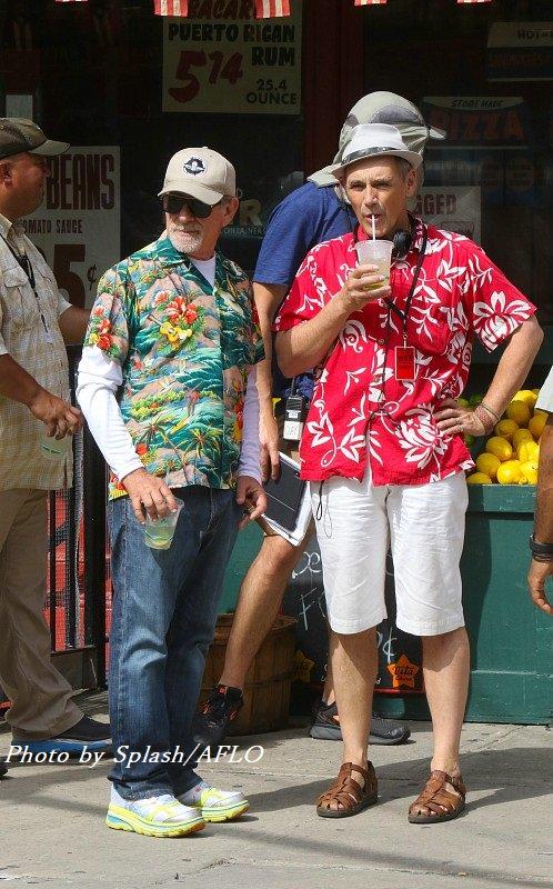 リメイク版「ウエスト・サイド物語」の撮影現場でキャッチされたスティーヴン・スピルバーグ監督&マーク・ライランス。お二方ともシャツが華やかで可愛い☺️ #ウエスト・サイド物語 #WestSideStory #スティーヴン・スピルバーグ #StevenSpielberg #マーク・ライランス #MarkRylance