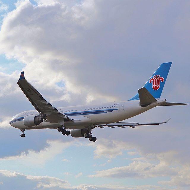 ✈️ B-6532 -> Airbus A330-223 🇨🇳 @china_southern 📍 Heathrow Airport  #avgeek #aviation #airplane #instaaviation #instagramaviation #instaplane #megaplane #aircraft #plane #planespotting #planespotter #airbus #a330 #chinasouthern #landing #london #heat… https://ift.tt/2O8lNrK