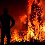 Image for the Tweet beginning: Un gran incendio sin control