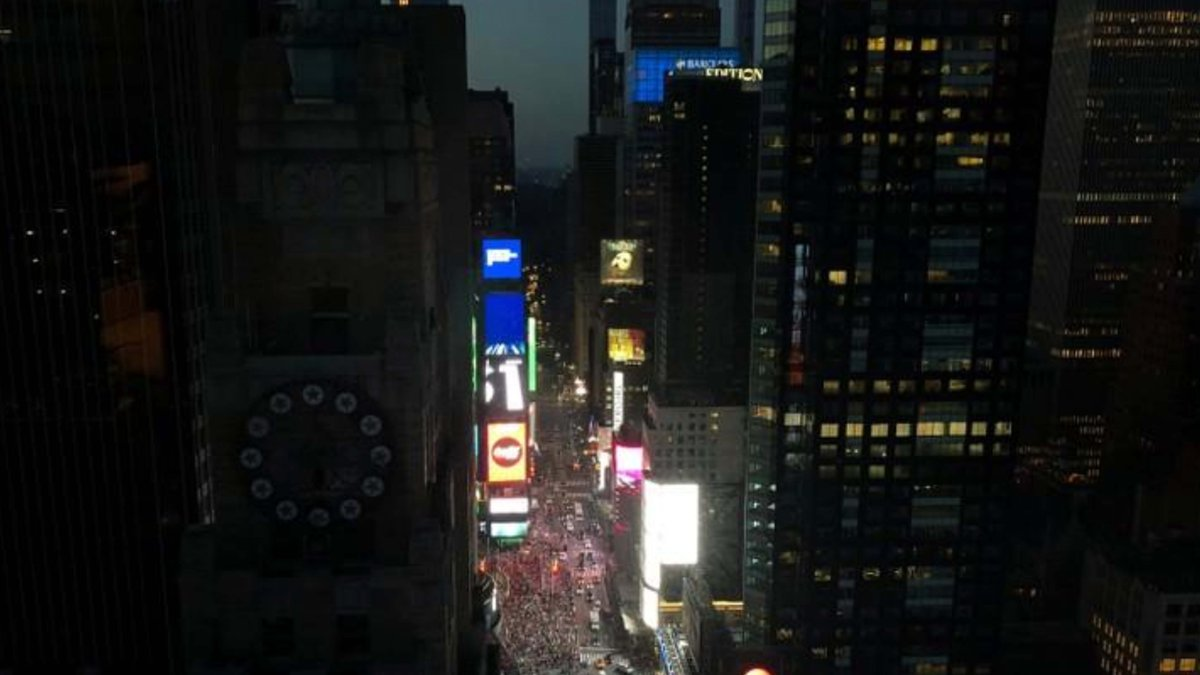 Restorations underway after massive power outage hit #NewYorkCity http://bit.ly/2xLsPaC