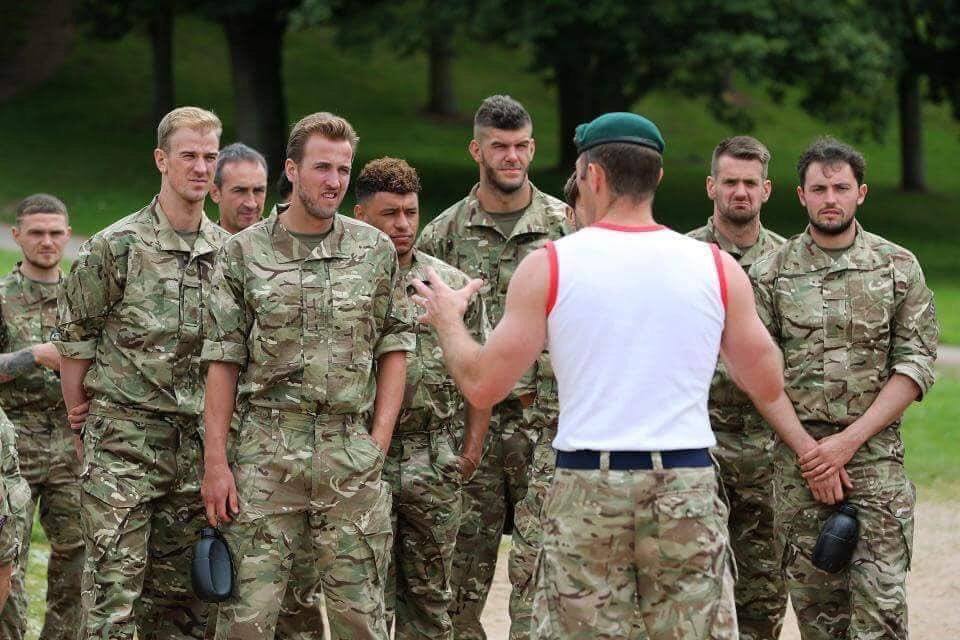 منتخب #انجلترا 🏴في ضيافة القوات الخاصة الإنجليزية انتوا متخيلين لو خدنا منتخبنا 🇪🇬الصاعقة هيحصل اية .💪🏻⚽️