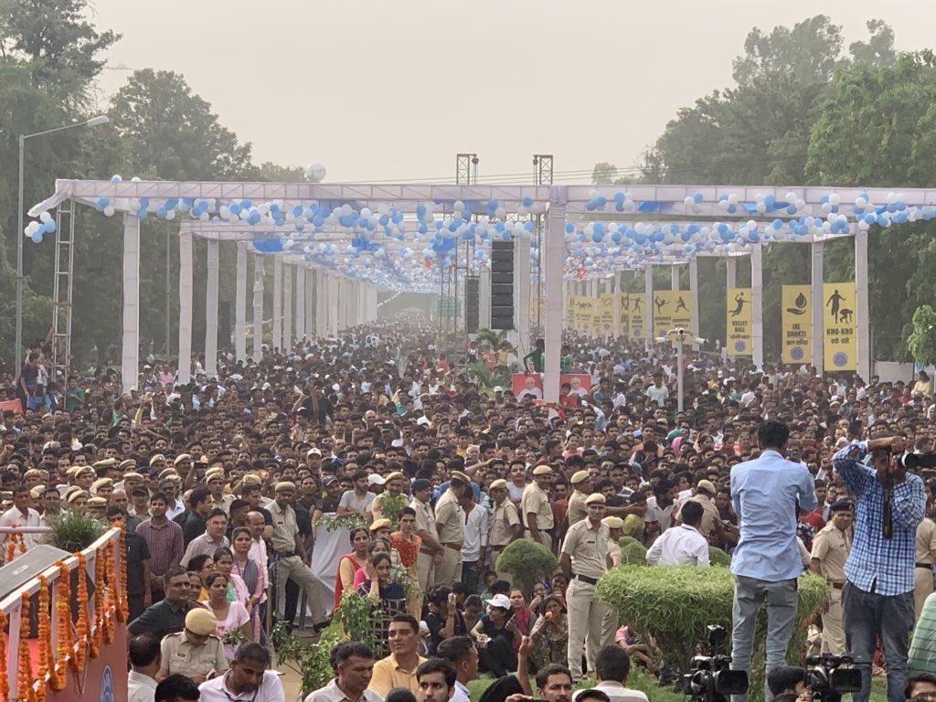Hisar #Raahgiri attracts over 50,000 people. Hon CM @mlkhattar motivates people to conserve water. @cmohry @PMOIndia #JanShakti4JalShakti<br>http://pic.twitter.com/iYro8XmUfL