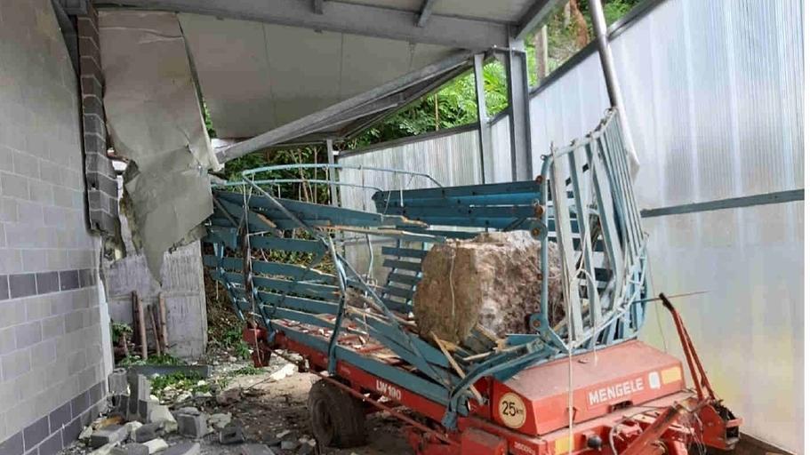 Macigno precipita dal monte Avena sfondando la tet...