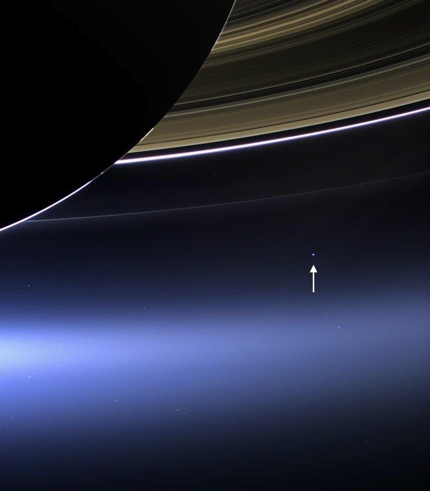 Фотку сделал аппарат Cassini, дистанция до нас - полтора миллиарда км.