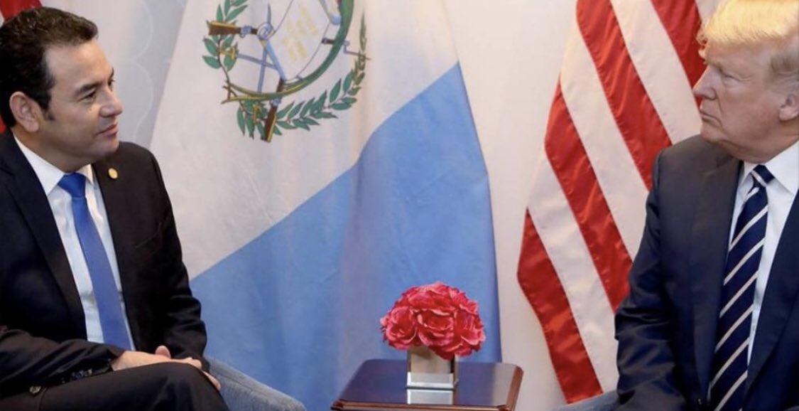 """El Hombre en la Luna tiene previsto firmar mañana con el presidente Trump el convenio de """"tercer país seguro"""" que hará de Guatemala la cárcel de migrantes más grande del mundo. Lo único que ha pedido a cambio, es que...bit.ly/2XNlPVA"""