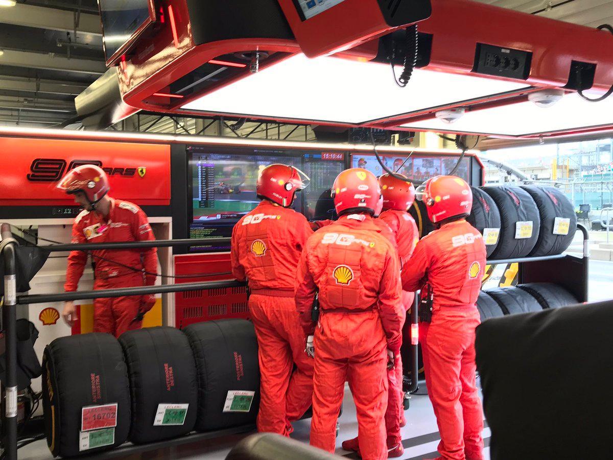 Vettel box, troca pneus e asa dianteira. Verstappen continua.