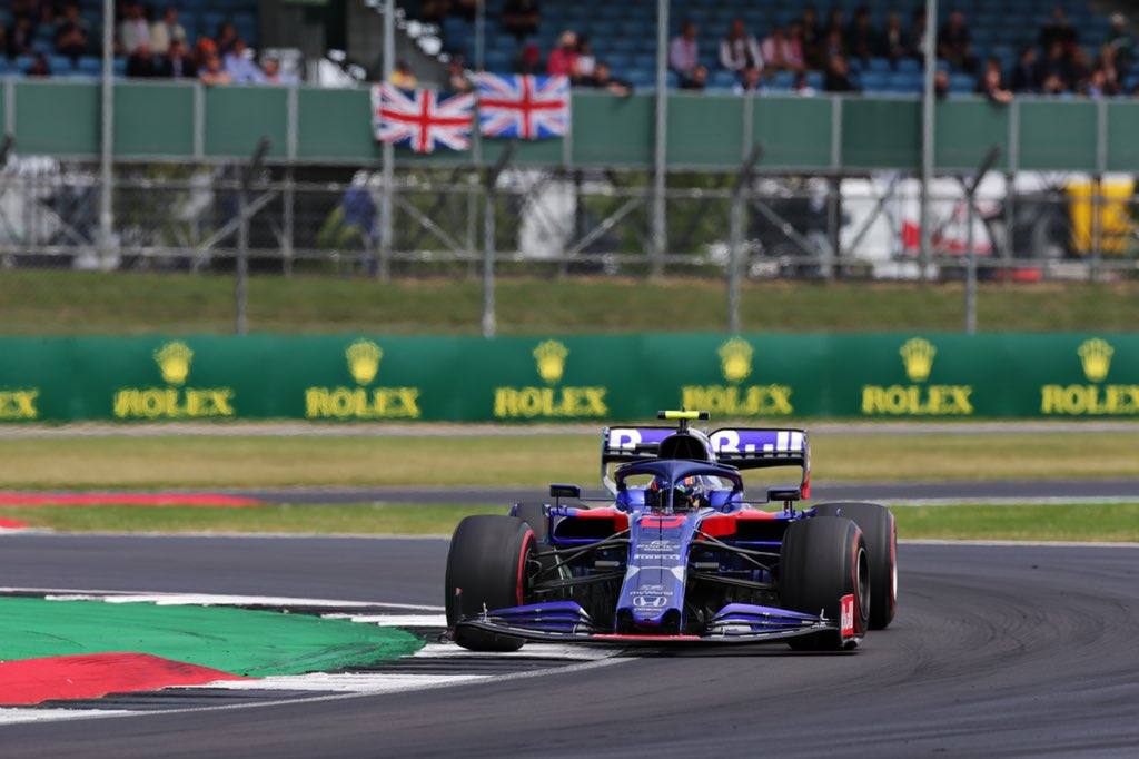 LAP 46: @kvyatofficial passes @alex_albon on fresher tyres   Dany - P9 Alex - P10 #BritishGP 🇬🇧
