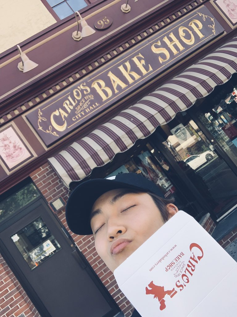 [케빈] Shoutout to NYC for putting a line through the majority of my bucket list #cakeboss #holycannoli #tybabyjesus<br>http://pic.twitter.com/GqQsyH1W0f